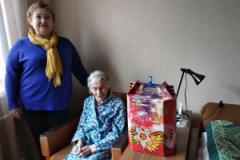 Сотрудники ГАУЗ «Городская поликлиника №10»посетили наших ветеранов на дому и вручили подарки.